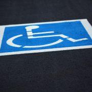 Parkplatz für Menschen mit Behinderungen