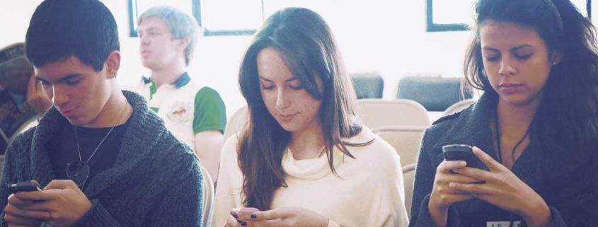 Digital vernetzt: die Generation Smartphone sorgt für ein kräftiges Wachstum der Branche.