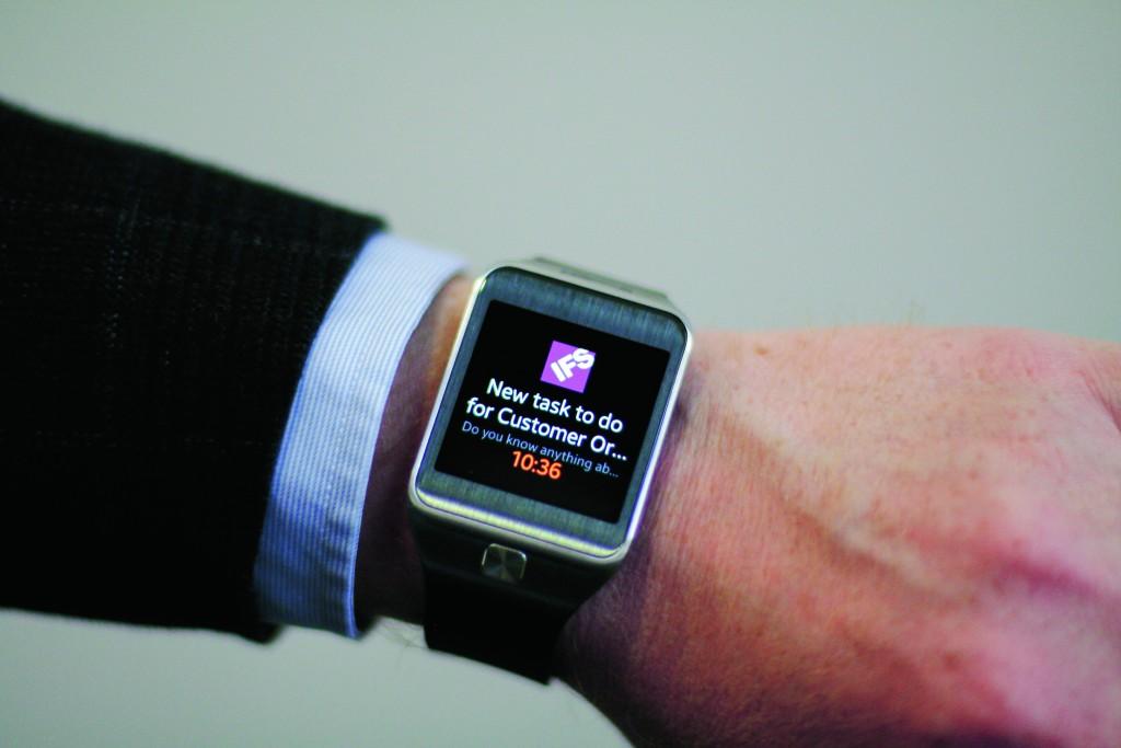 Benachrichtigungen über dringende Aufgaben an eine Smartwatch können sicherstellen, dass der Empfänger sie rechtzeitig liest (Quelle: IFS)