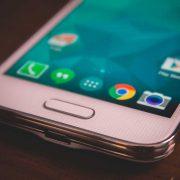 """Galaxy S5 mini bottom""(CC BY-SA 2.0)byandsleonardo"